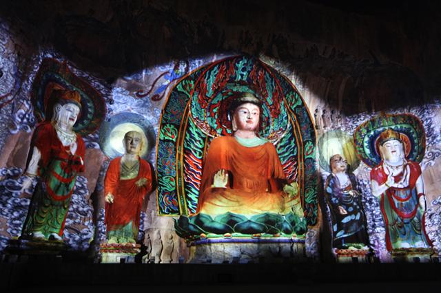 Teknologi pemetaan proyeksi telah merestorasi warna pada pahatan di Vihara Fengxian, di Gua Longmen, Henan , China. Foto: Yejibang