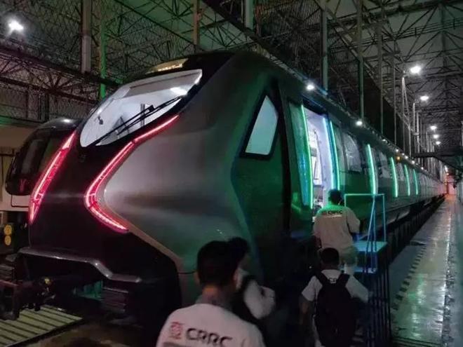 车窗变触摸屏!中国下一代碳纤维地铁在广州试跑 3.webp.jpg