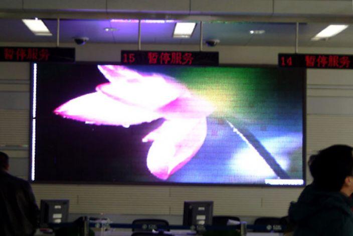 中國聯通長春西安大路營業廳室內全彩LED顯示屏大屏幕顯示系統由吉林省博瑞光電技術有限公司承建。該室內全彩LED顯示屏系統采用了P10規格,LED顯示屏面積5平米,能夠充分滿足中國聯通長春西安大路營業廳的需要,是室內全彩LED顯示屏在通信行業應用的一個工程案例。 該工程案例參數:中國聯通長春西安大路營業廳戶內P10表貼三拼一全彩屏,面積5平方米。