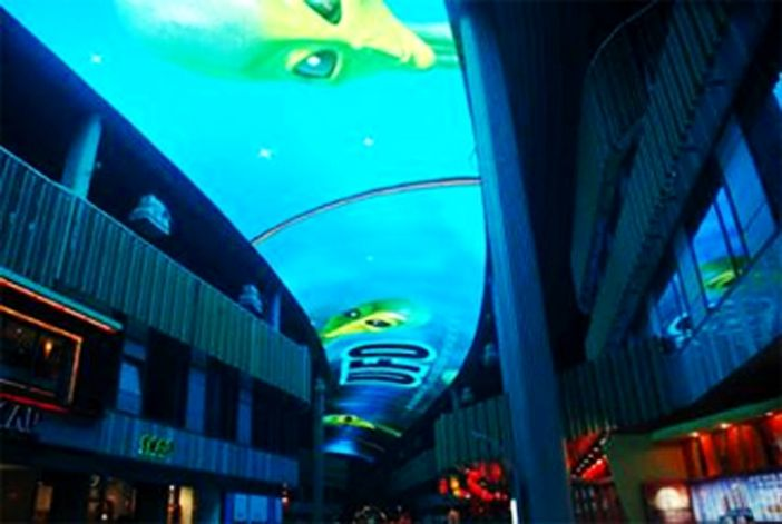 继2006完成亚洲北京天幕后,2008年光磊于苏州工业园区圆融时代广场,签订了另一座大型天幕合约。这个由圆融集团重点打造、定位于苏州市域CBD最繁华商业中心、华东地区最具影响力及商业价值品牌街区的品牌商业项目,聚集了园区苏州人的目光。LED天幕蜿蜒覆盖于时代广场步行商业区的上空,于 2009年1月初正式投入使用后采取每天定时播放形式,影片内容多种多样,为苏州的天空创造生动的光影世界。
